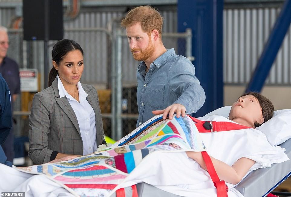 Meghan e Harry assistem a uma simulação de parto (Foto: Reprodução Daily Mail)