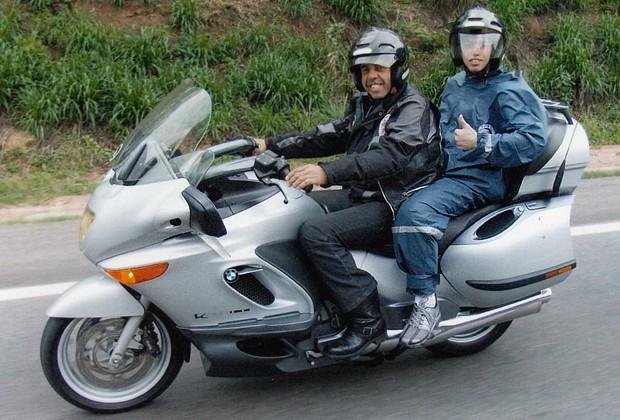 Carvalho e seu filho Júnior, andando de moto (Foto: Arquivo pessoal)