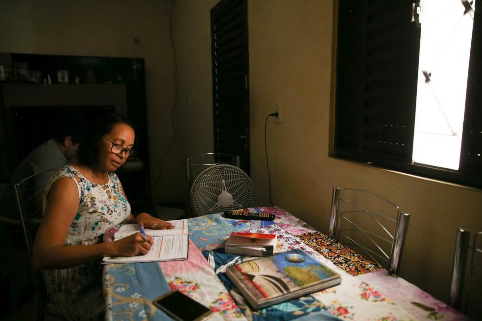 A estudante Raimunda é uma das 363 pessoas de 60 anos ou mais inscritas no Enem no Ceará.  — Foto: Natinho Rodrigues/SVM