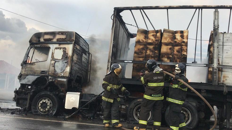 Incêndio em carreta mobilizou equipes dos bombeiros em Tatuí (SP) — Foto: Maria Eduarda Carnietto/TV TEM