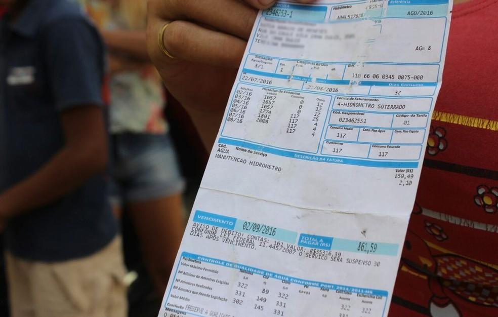 Moradora mostra fatura com valor acima de R$ 800 — Foto: Fernando Brito/G1