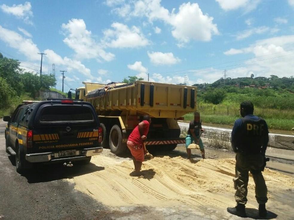 PRF flagrou caminhoneiro despejando areia em rodovia no Grande Recife, nesta quinta-feira (22). (Foto: PRF/Divulgação)