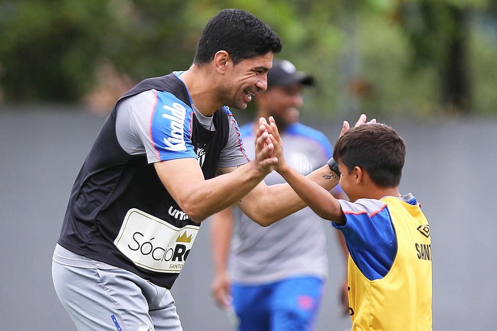 Renato foi a sensação da criançada em treino do sub-11 do Santos — Foto: Pedro Ernesto Guerra Azevedo/Santos FC