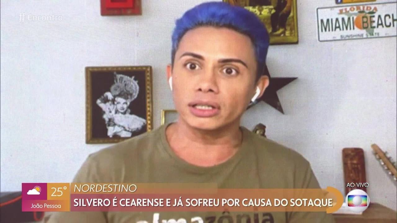 Silvero Pereira lembra que mudou sotaque por conta de preconceito