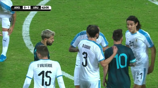 "Após chamar Messi para briga em amistoso, Cavani minimiza confusão: ""Normal no futebol"""