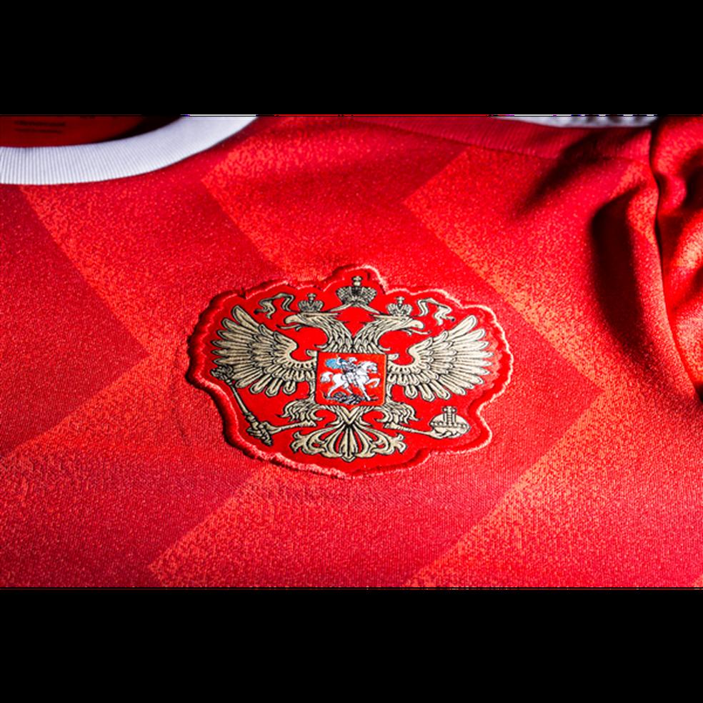 A camisa principal tem listras em zigue-zague, que lembram da União Soviética nos anos 1980 (Foto: Divulgação/Adidas)