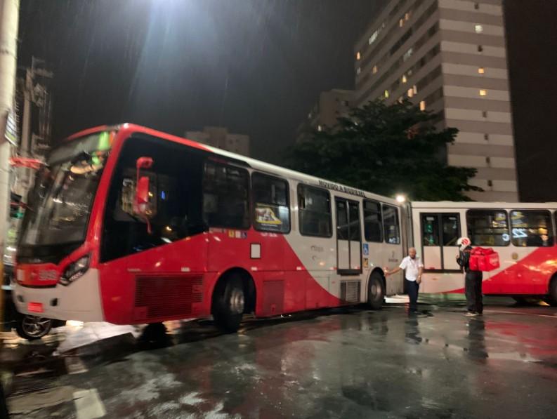 Ônibus fica atravessado e provoca bloqueio na Avenida Princesa d'Oeste, em Campinas