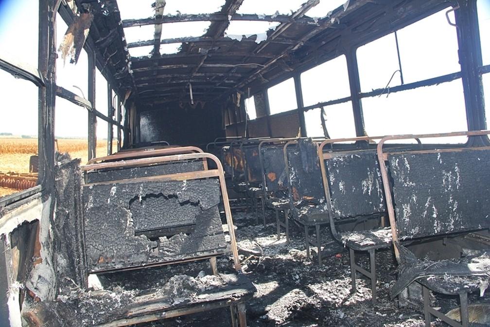 Ônibus escolar ficou destruído após uma pane elétrica nessa quarta-feira (12) em Nova Mutum — Foto: Djeferson Kronbauer/Power Mix