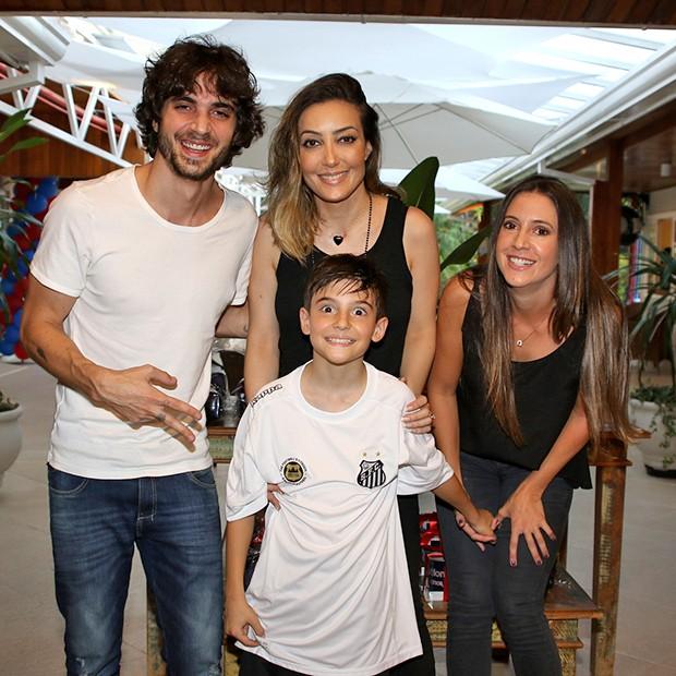 Fiuk, Krizia e Tainá com o aniversariante, Záion (Foto: Thiago Duran/AgNews)