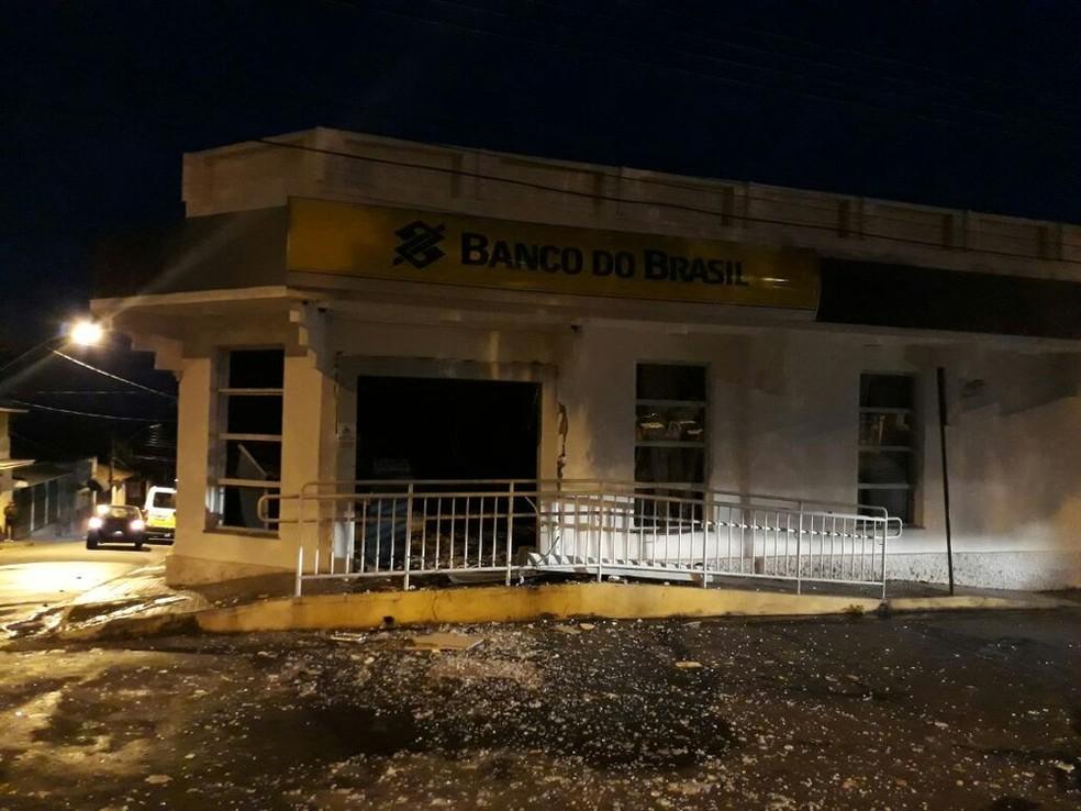 Agência do Banco do Brasil pegou fogo depois das explosões em Monsenhor Paulo, MG (Foto: Corpo de Bombeiros)