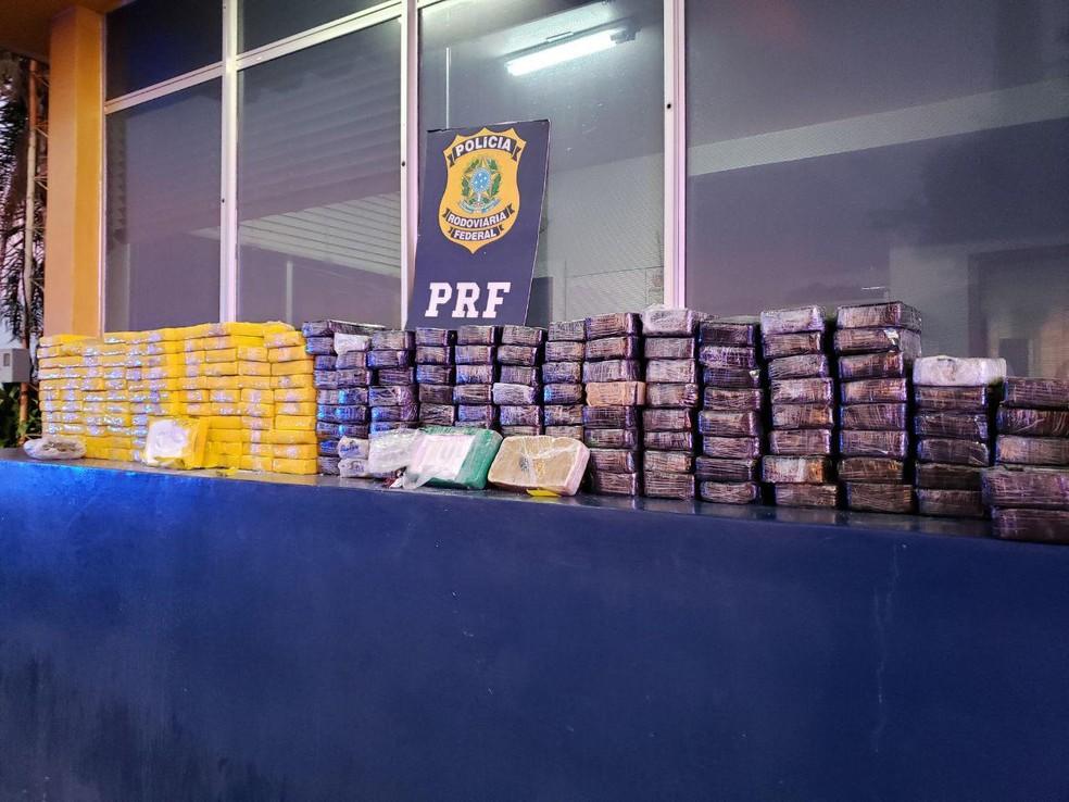 PRF apreende 126 kg de cocaína e 112 kg de crack na BR-277, em Santa Terezinha de Itaipu — Foto: PRF/Divulgação