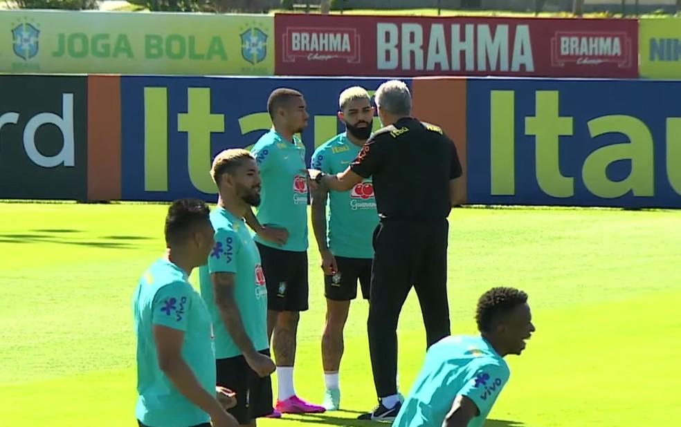 Tite em conversa com Gabigol e Gabriel Jesus em treino na Granja — Foto: Reprodução/CBF TV