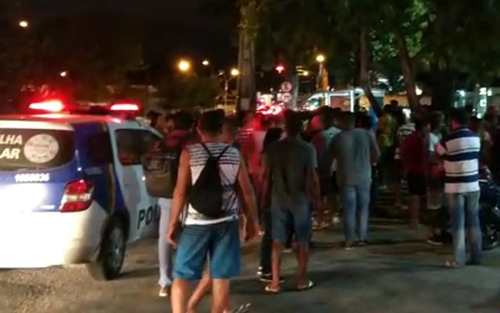 Polícia Militar foi acionada para ocorrência em que dois adolescentes foram atropelados na Praça Mauriceia, no Ipsep, Zona Sul do Recife (Foto: Reprodução/WhatsApp)