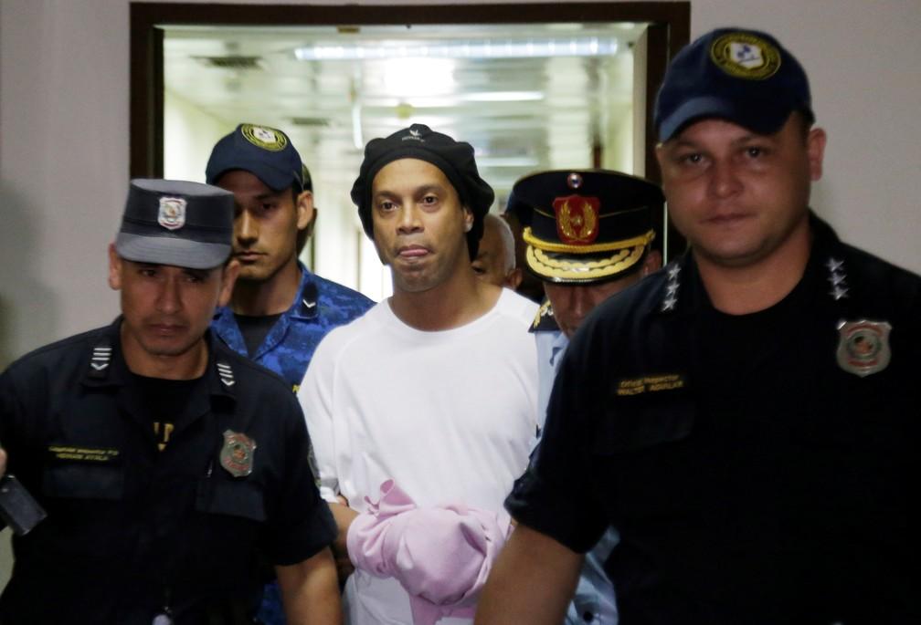 Ronaldinho Gaúcho anda algemado para depoimento na Justiça do Paraguai — Foto: REUTERS/Jorge Adorno
