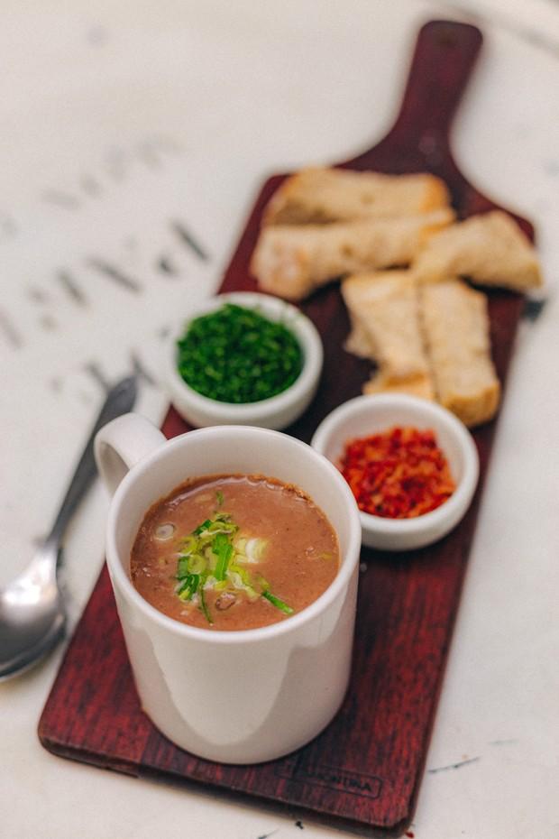 Para espantar o frio: caldinho de feijão na caneca com crispy de bacon e couve (Foto: Divulgação)