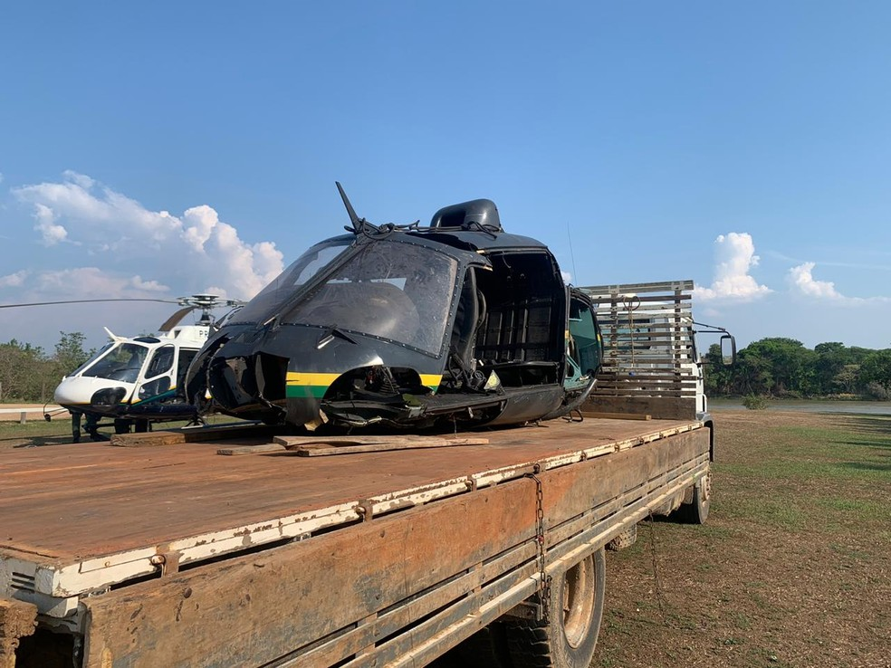 As partes da aeronave foram retiradas com a ajuda de um helicóptero do Centro Integrado de Operações Aéreas (Ciopaer) e foram colocadas em um caminhão — Foto: Ciopaer/MT
