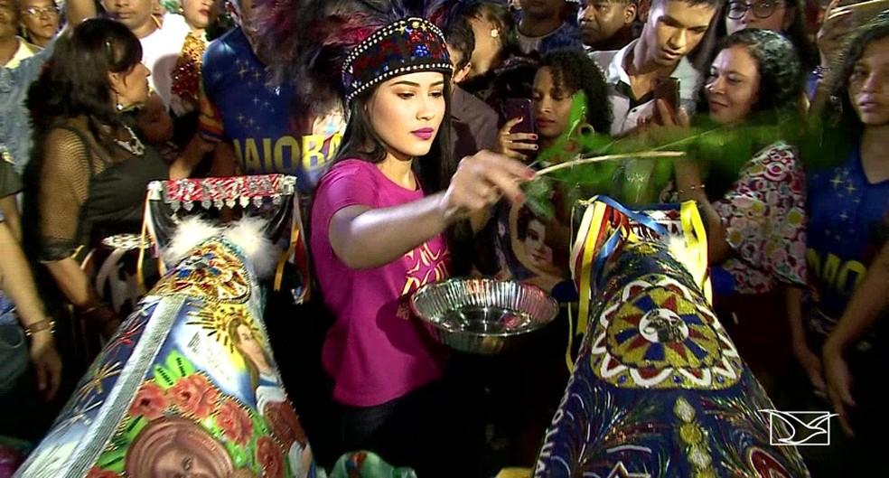 Thaynara OG dando as bênçãos ao Boi da Maioba — Foto: Reprodução/TV Mirante