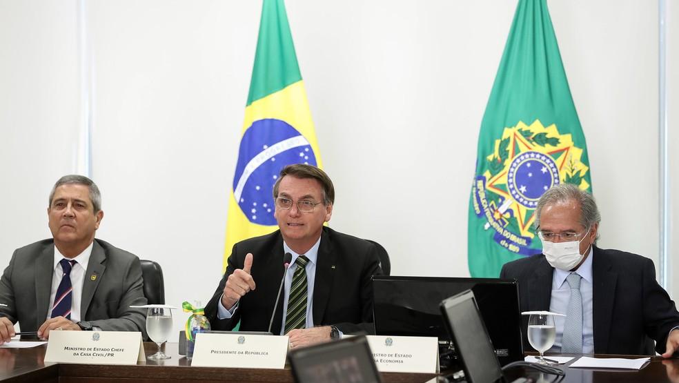 Jair Bolsonaro e ministros Braga Netto (Casa Civil) e Paulo Guedes (Economia) durante conferência com empresários e industriais — Foto: Marcos Corrêa/PR