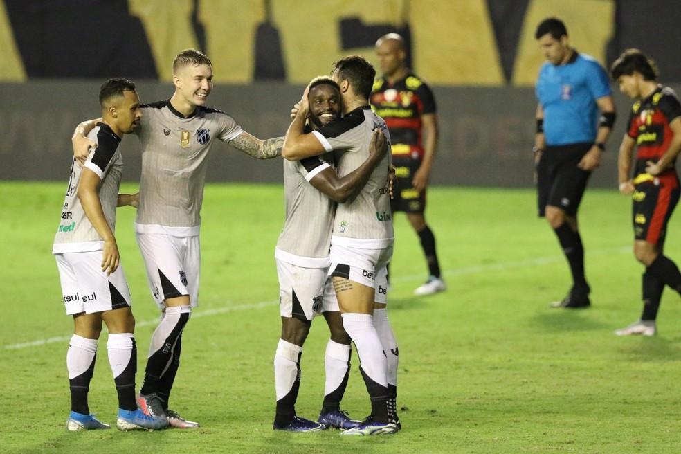 Jogadores do Ceará comemoram mais um gol marcado sobre o Sport — Foto: Marlon Costa/Pernambuco Press
