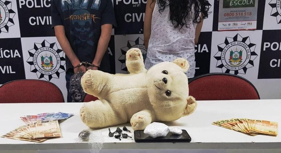 Casal foi preso escondendo drogas em urso de pelúcia em Esteio (Foto: Polícia Civil/Divulgação)