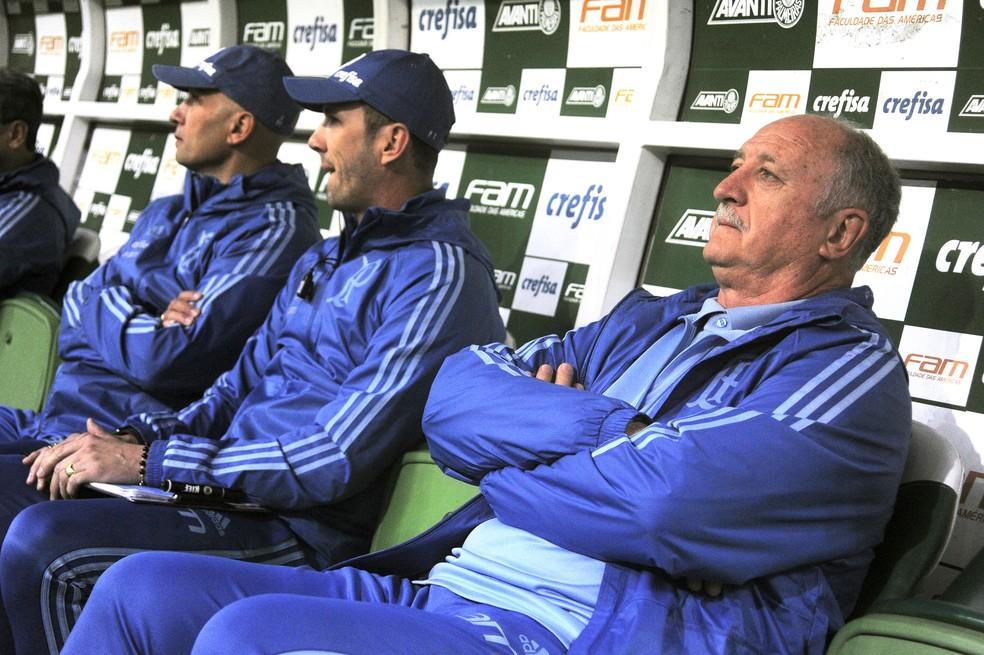 Luiz Felipe Scolari, técnico do Palmeiras, ao lado de sua comissão técnica (Foto: Marcos Ribolli)