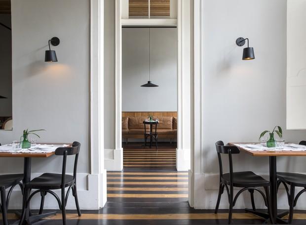 O segundo pavimento do sobrado agora dá lugar ao restaurante, com seu lindo piso original recuperado  (Foto: Maíra Acayaba/Divulgação)