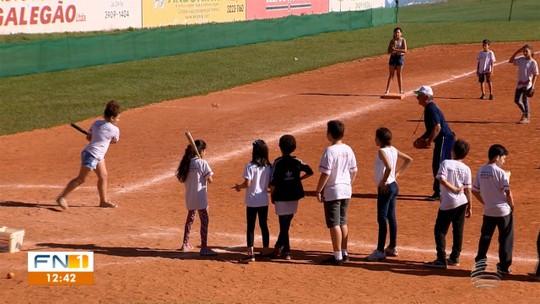"""""""Democratização"""": projeto no Oeste Paulista leva o beisebol para crianças da rede pública de ensino"""