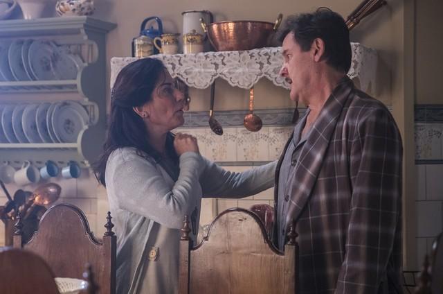 Cena em que Lola (Gloria Pires) mente para Júlio (Antonio Calloni) sobre a situação da família (Foto: Globo/Raquel Cunha)