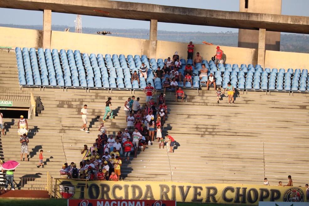 Torcida River-PI se protege do sol no intervalo da partida — Foto: Stephanie Pacheco/GloboEsporte.com