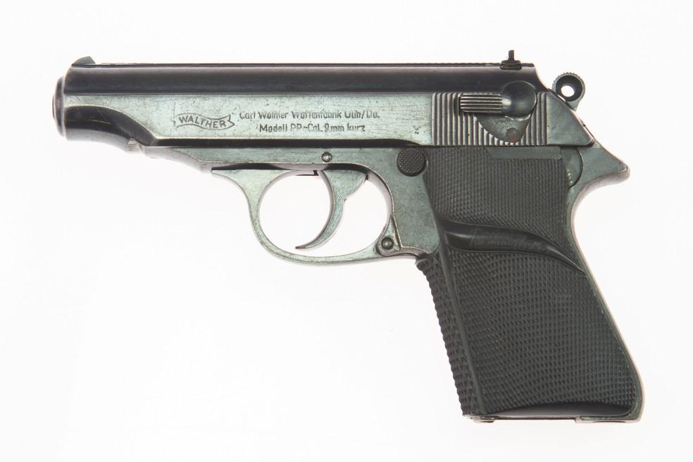 A pistola semiautomática Walther PP se tornou uma das imagens mais conhecidas da franquia. — Foto: Reuters