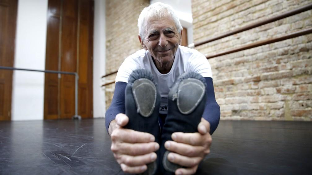 Hélio Haus, de 80 anos, começou a fazer balé clássico ao 75 (Foto: Andressa Gonçalves/G1)