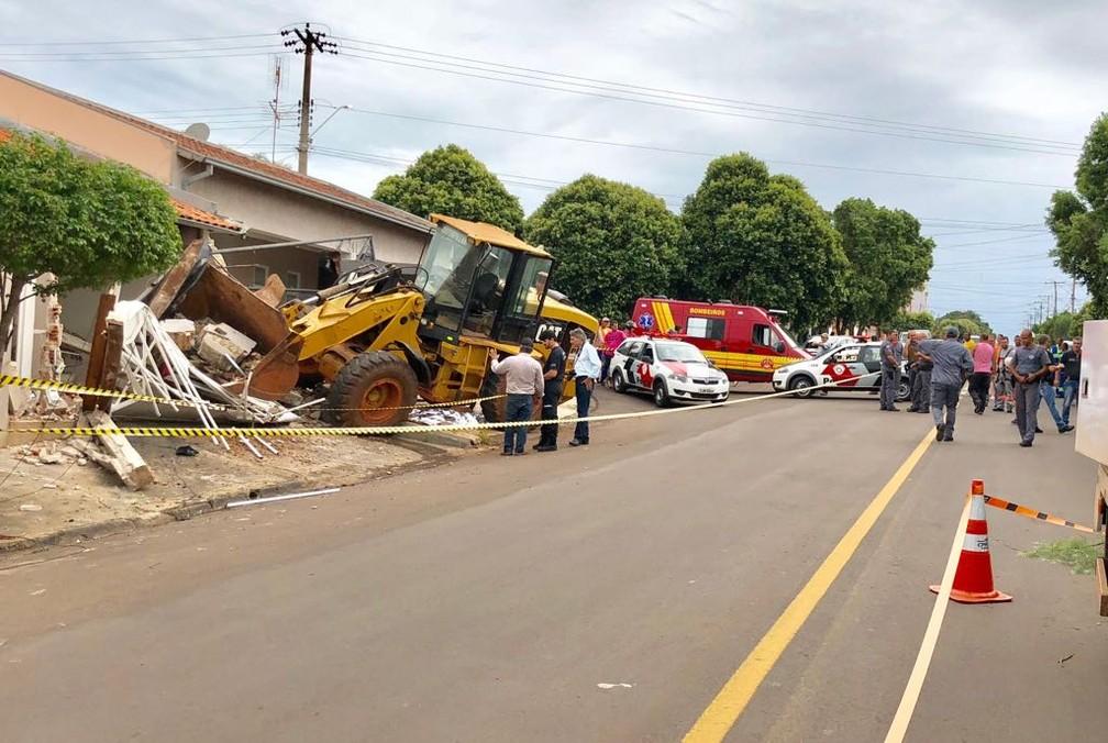 Pá carregadeira atingiu casas após atropelar homem em Lins (Foto: J. Serafim/Arquivo Pessoal )