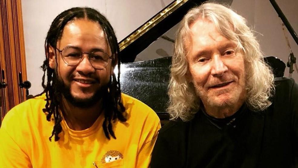 Emicida e Marcos Valle em estúdio na gravação da música-título 'Cinzento' — Foto: Patrícia Alvi / Divulgação