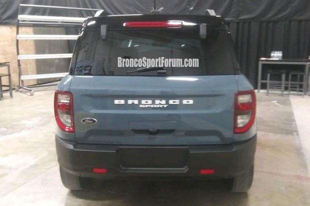Traseira exibe a denominação com orgulho e o visual é copiado do Bronco maior (Foto: fordbroncosport.com/Reprodução)