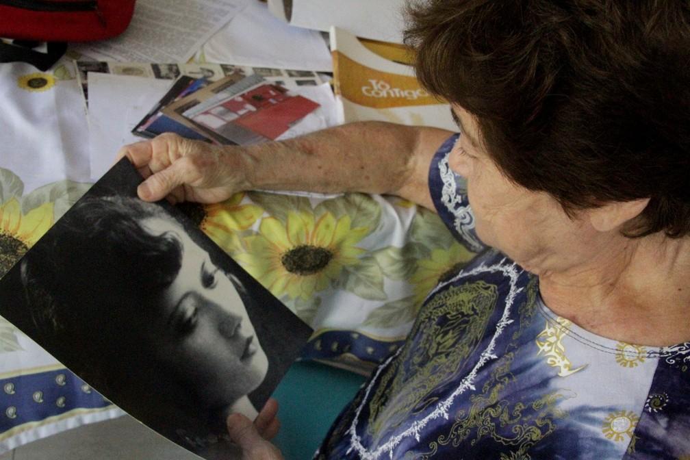Ialmita Beiriz segura a foto preferida da tia, Anayde Beiriz — Foto: Dani Fechine/G1