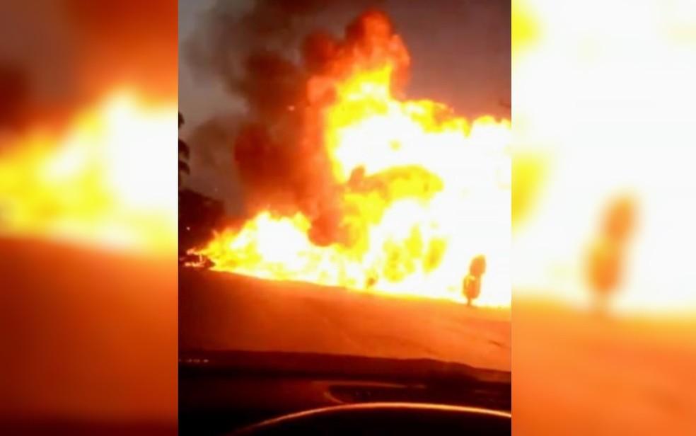 Batida entre duas motos causa explosão e queima motociclista que passava na GO-330, em Anápolis — Foto: Reprodução/TV Anhanguera