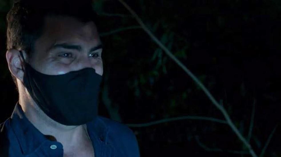 Magno (Juliano Cazarré) acredita que sua mãe está morta — Foto: Globo
