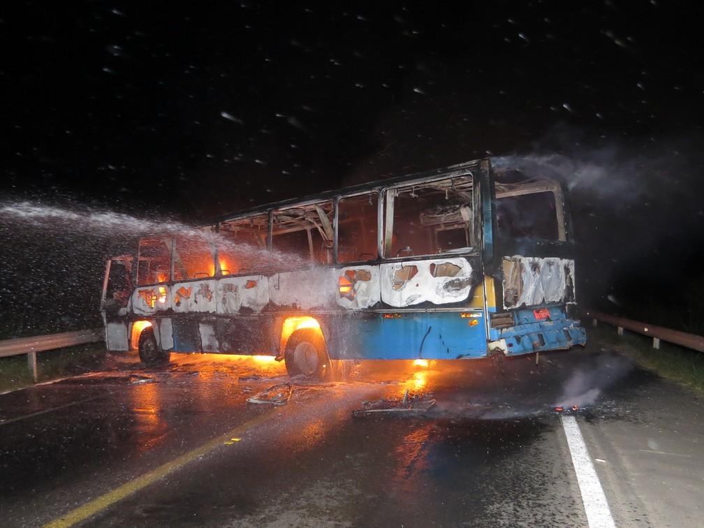 Na fuga, criminosos queimaram ônibus na rodovia MG-050 em Passos (MG) (Foto: Helder Almeida)