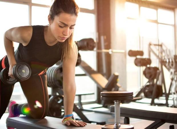 Exercícios de força causam micro rompimentos no tecido muscular, que é reconstruído com o auxílio de aminoácidos (Foto: Getty Images/ Reprodução)