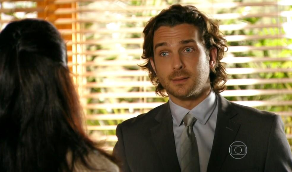 Alberto (Igor Rickli) diz no fórum que não sabe onde Ester (Grazi Massafera) se encontra - 'Flor do Caribe' — Foto: Globo