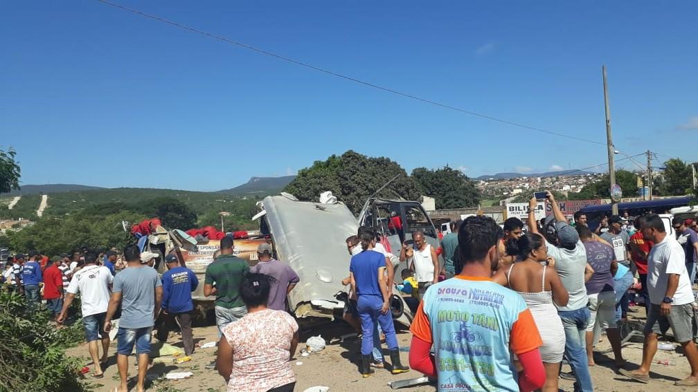 Grave batida entre carreta e micro-ônibus deixa mortos e feridos em Seabra, na Chapada Diamantina, Bahia — Foto: Nilson Santos/Blog Liberdade Bom Sucesso