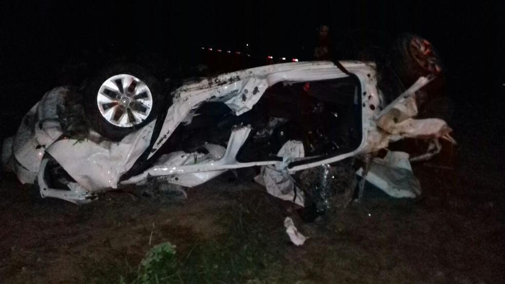 Carro envolvido no acidente capotou na rodovia (Foto: PRF/Divulgação)