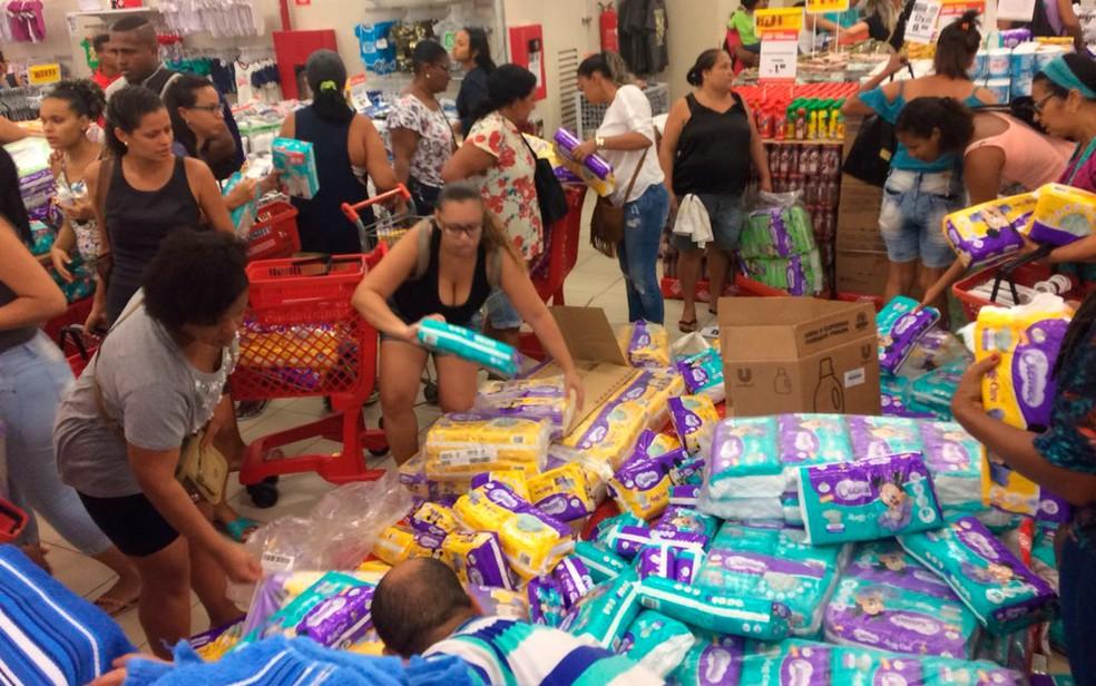 Correria pela Black Friday foi registrada em loja de shopping de Salvador (Foto: Juliana Almirante/G1)