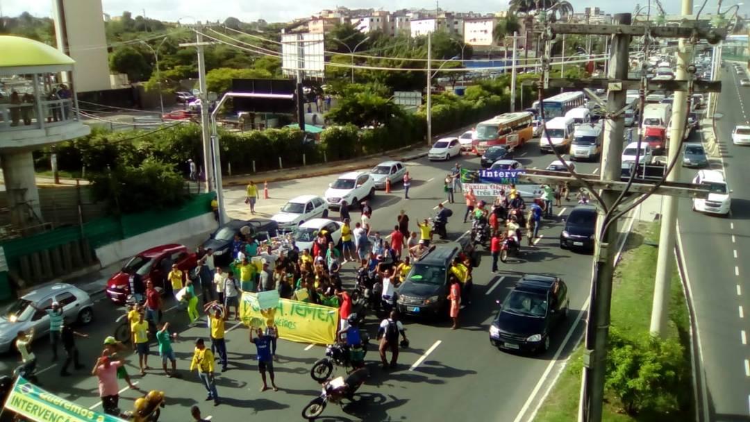 Protesto na Avenida ACM, em Salvador, nesta segunda-feira (28)