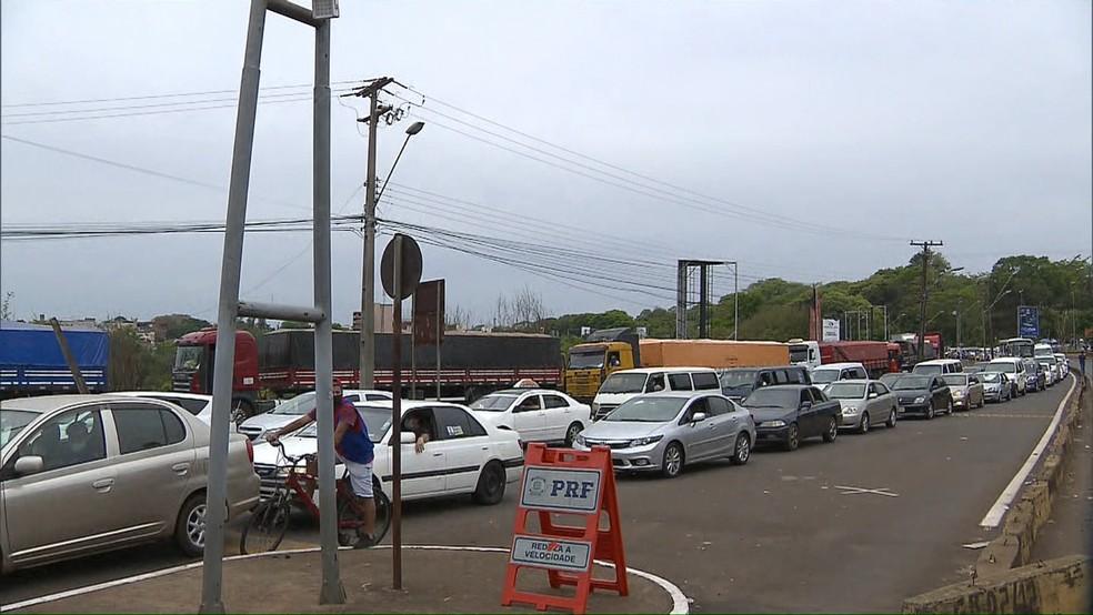 Veículos ficaram parados por mais de uma hora, em Foz do Iguaçu — Foto: Zito Terres/RPC