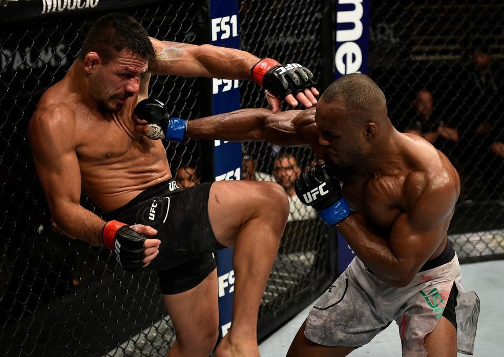 Luta mais recente de Rafael dos Anjos foi contra Kamaru Usman, em novembro de 2018 � Foto: Getty Images