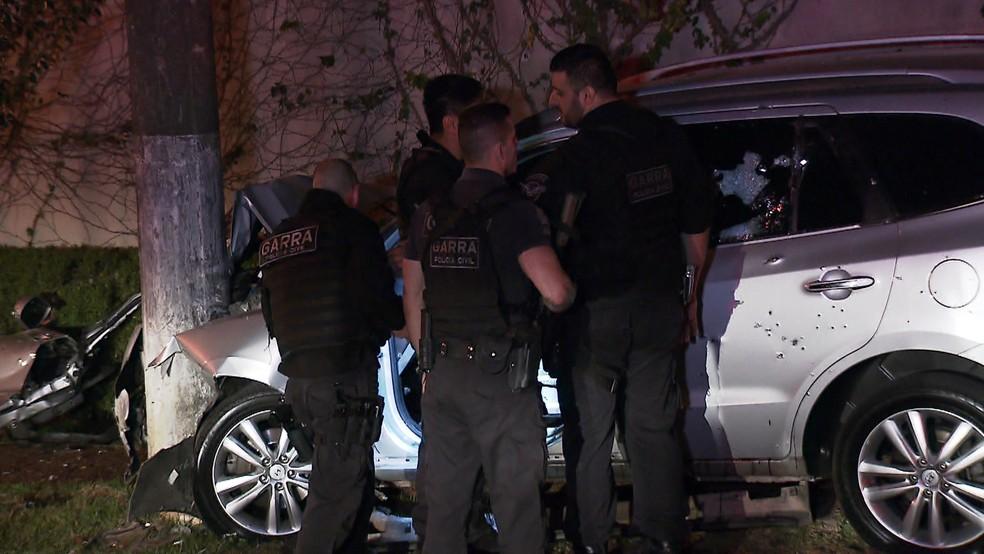 Carro usado pelos bandidos foi alvejado e colidiu contra poste no Morumbi (Foto: Reprodução/TVGlobo/Almir Padial)