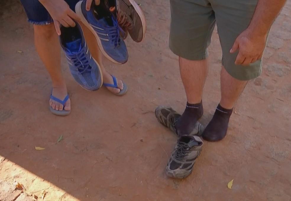 Em Afogados da Ingazeira, voluntários doaram os tênis aos moradores e foram embora a pé  — Foto: Reprodução/TV TEM