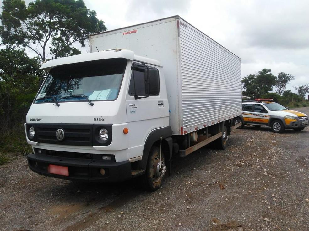 Veículo transportava produtos de mercearia da cidade de Montes Claros para Salinas — Foto: Polícia Militar Rodoviária/Divulgação
