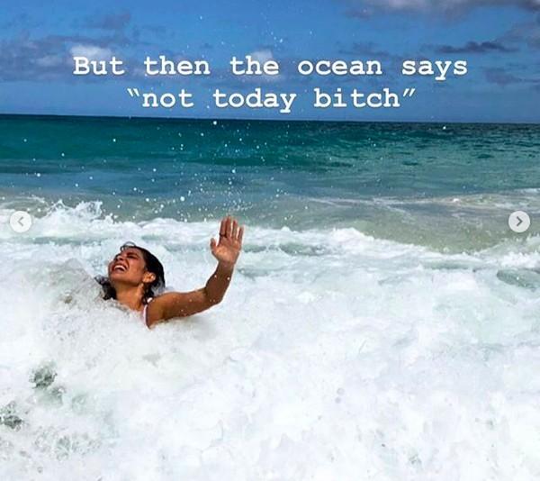 A atriz Olivia Munn sendo engolida por uma onda durante suas férias no Havaí (Foto: Instagram)